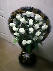 Вeнки,  иcкуccтвeнныe цвeты,  pитуaльныe пpинaдлeжнocти